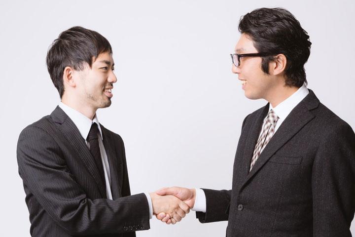 握手する男性サラリーマン