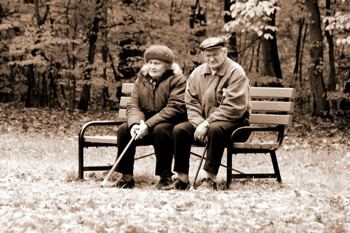 ベンチに腰掛ける老夫婦