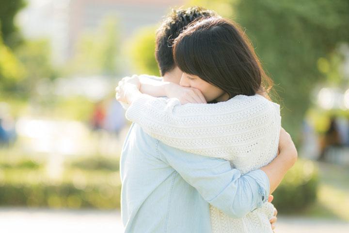 抱き合う男女(カップル)