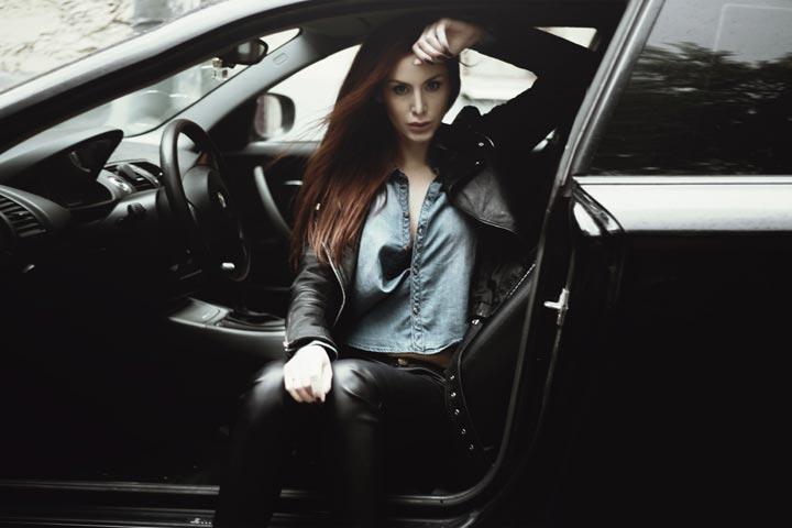 自動車の助手席に座る外国人女性